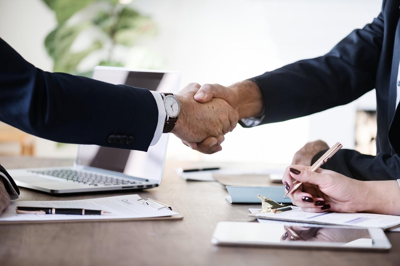 advokátní úschova - podání ruky mezi klientem a advokátem