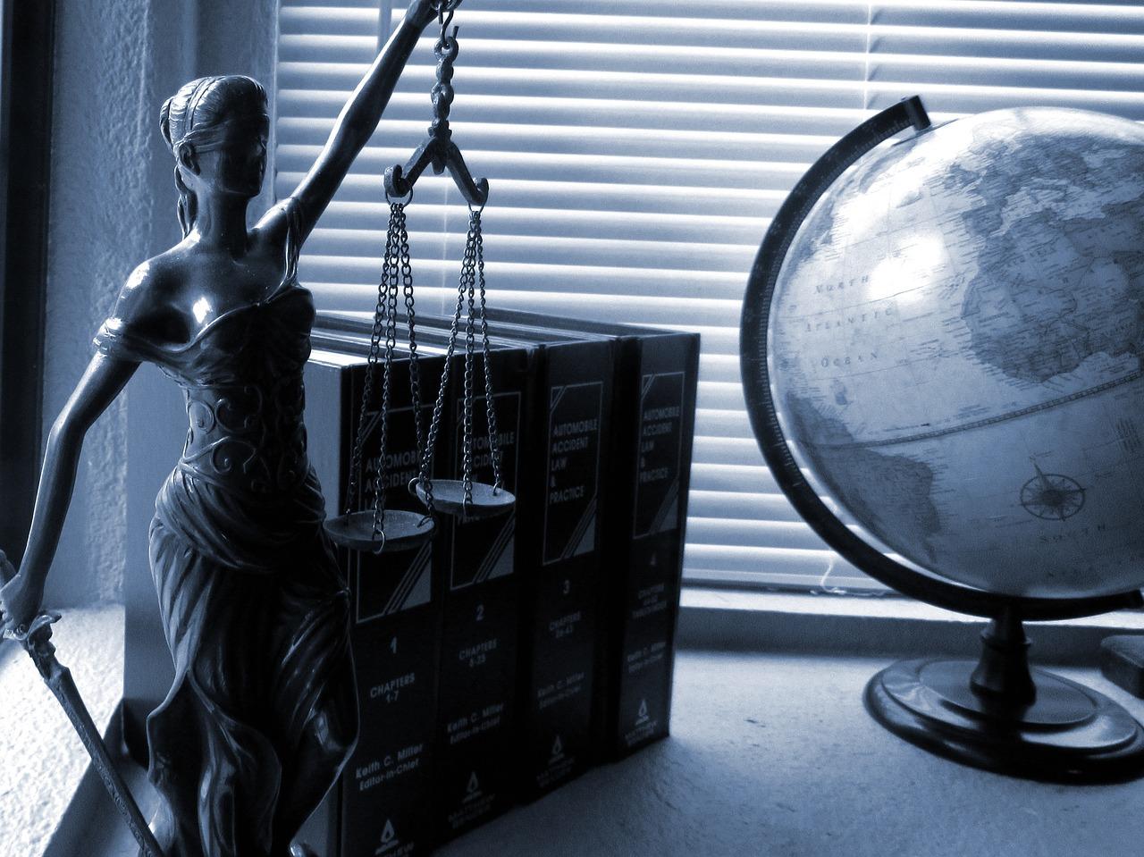 právní služby - váha spravedlnosti, právní literatura, symbol práva