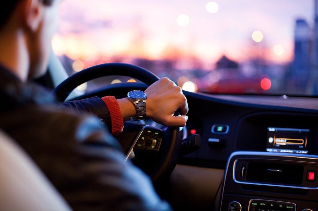 spokojený zákazník, který si nechal sepsat smlouvu na auto